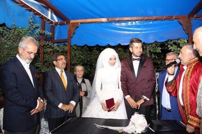 Eski Bakan Güllüce Erzurum'da nikah şahidi oldu