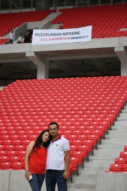 Eskişehirspor'un yeni stadyumunda ilk evlilik teklifi yapıldı