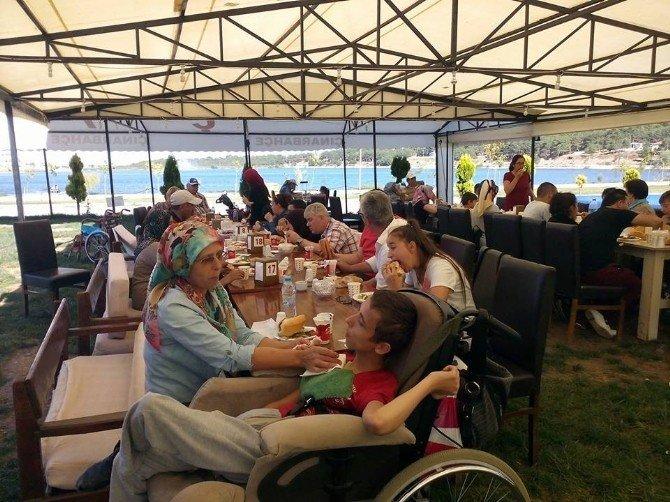 Engelliler derneği üyeleri piknik organizasyonuyla eğlendi