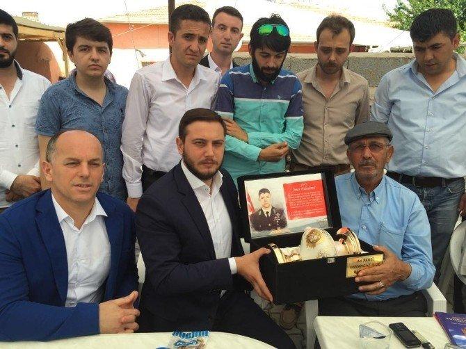 AK gençler, Şehit Ömer Halisdemir'i kabri başında dualarla andı
