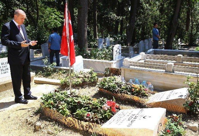 Cumhurbaşkanı Erdoğan, arkadaşı Erol Olçok ve oğlunun mezarlarını ziyaret etti