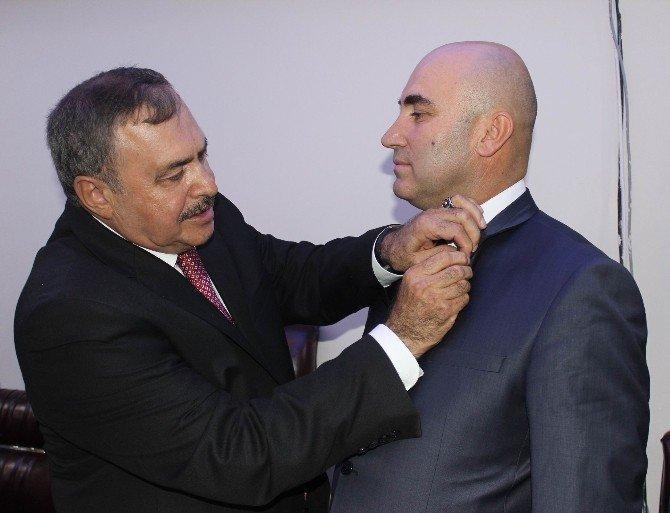Bakan Eroğlu, AK Parti'ye katılanlara rozet taktı