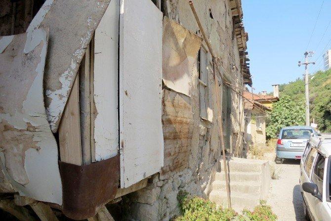 Güzelyalı'daki metruk evler tehlike saçıyor
