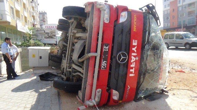 Hatay'da yangına giden itfaiye aracı devrildi: 1 yaralı