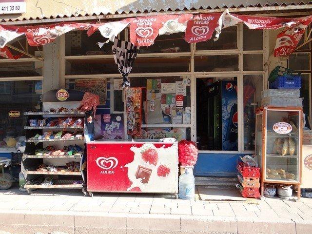 Hırsızlar Gölpazarı'nda bir marketten 10 bin liralık sigara çaldı