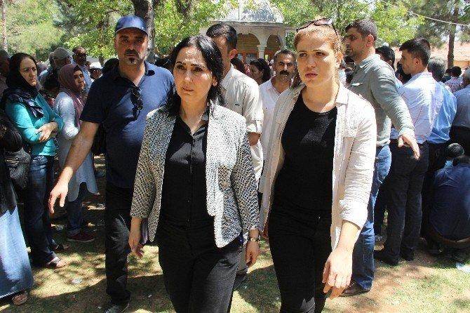 HDP Eş Genel Başkanı Figen Yüksekdağ, patlamada ölenlerin yakınlarını sakinleştirdi