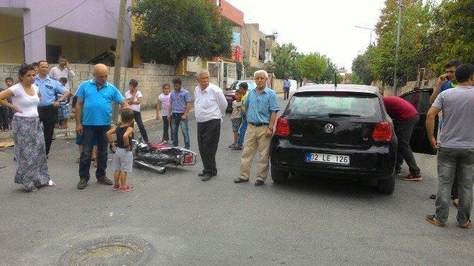 Motosiklet ile otomobil çarpıştı