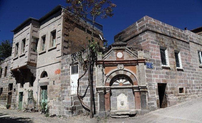Tarihi Tablakaya ayağa kalkıyor