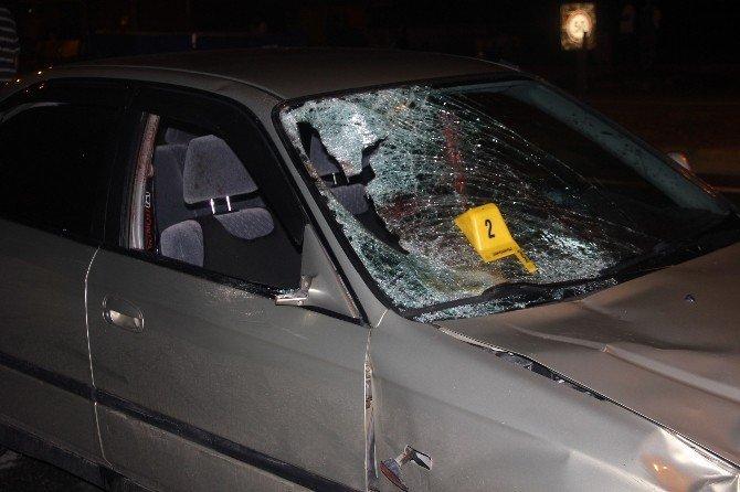 Otomobilin çarptığı şahıs hayatını kaybetti, eşi yaralandı