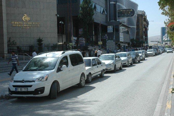 Van caddeleri 'açık oto pazarı' olarak kullanılıyor