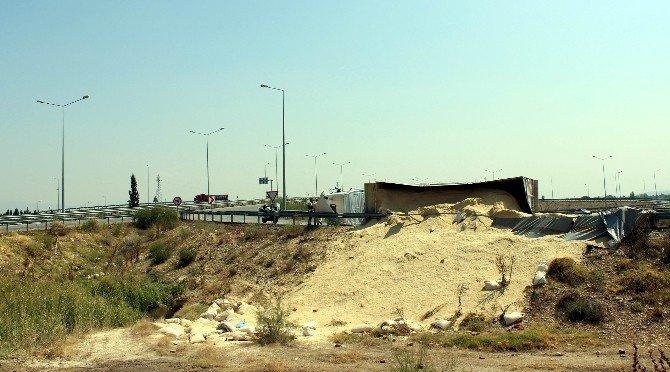 Manisa'da talaş yüklü tır devrildi: 1 yaralı