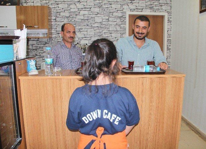 Downlu Sendromlu çocukları hayata bağlayan kafe