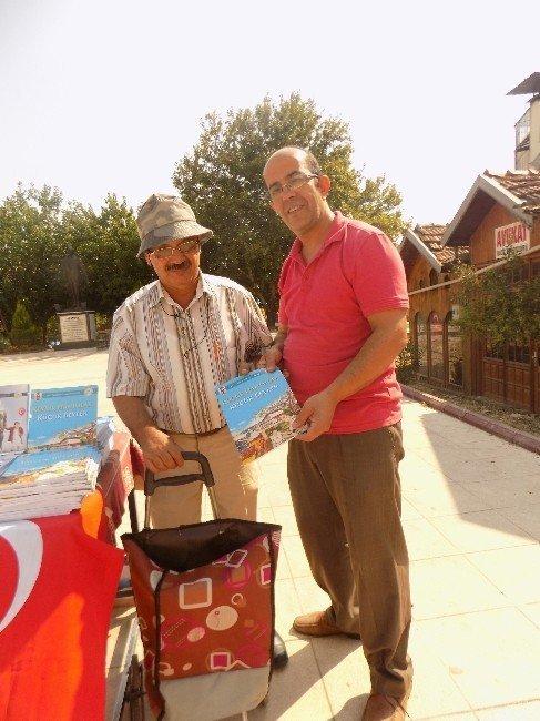 Pazar arabasıyla köy köy dolaştı 5 bin kitap dağıttı