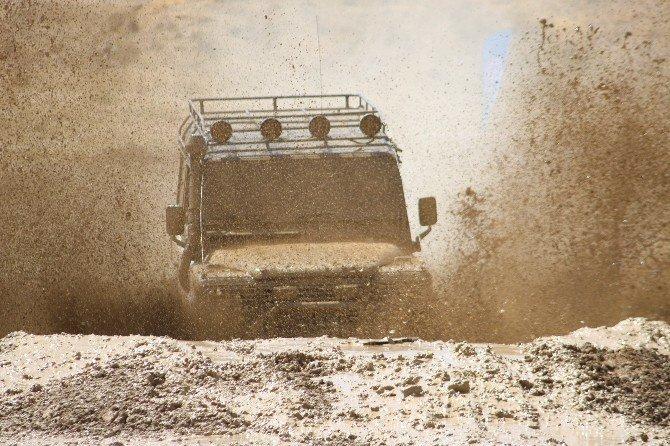 1. Off-Road Şenliği'nde yarışan arazi araçları nefesleri kesti