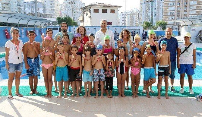 Mezitli Belediyesi'nin kurslarında 2 bin öğrenci yüzme öğrendi