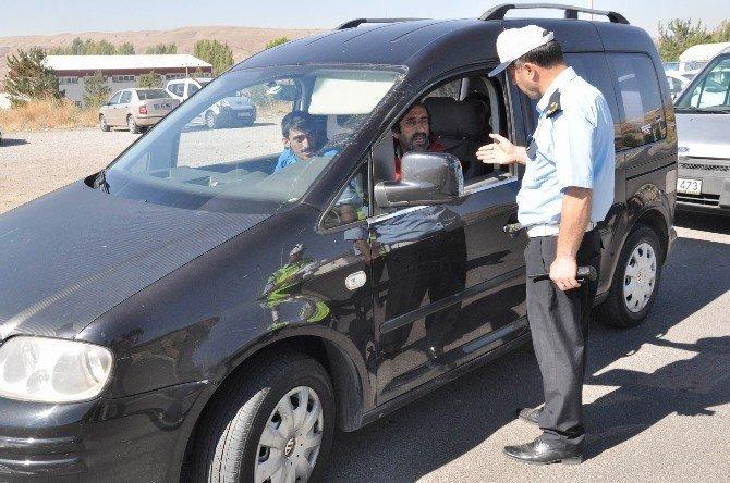 Sivas'ta polisten sürücülere 'şeker' ikramı