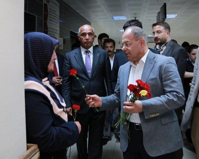 Bakan Akdağ'dan hastalara bayram ziyareti