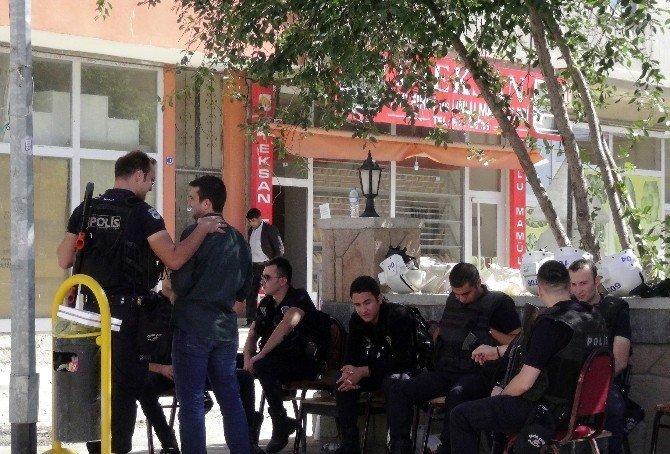 Basın açıklaması yapmak isteyen gruba polis izin vermedi