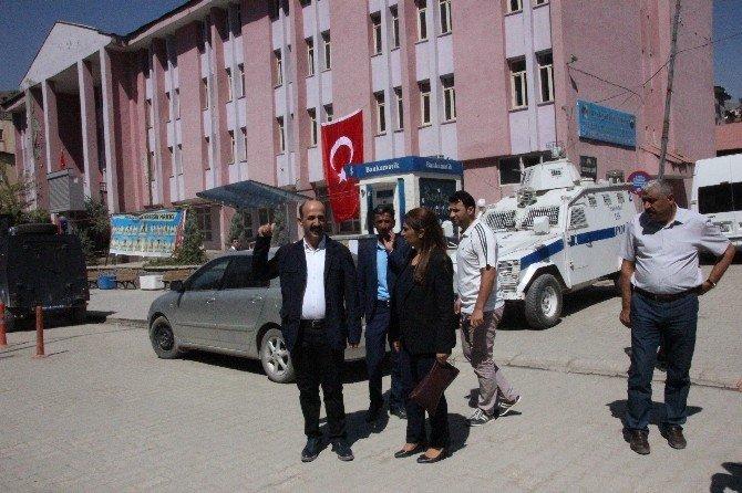 Kayyum atanan Hakkari Belediyesi'ne Türk bayrağı asıldı