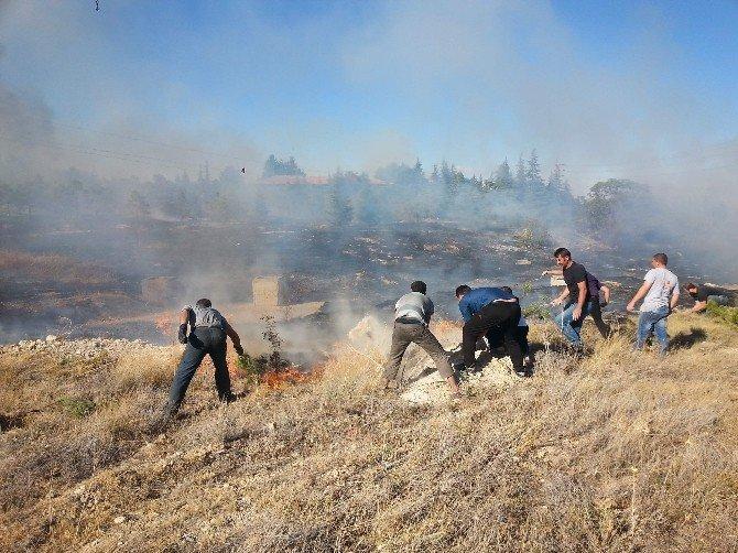 Fidanlıktaki yangını elleriyle toprak atarak söndürmeye çalıştılar