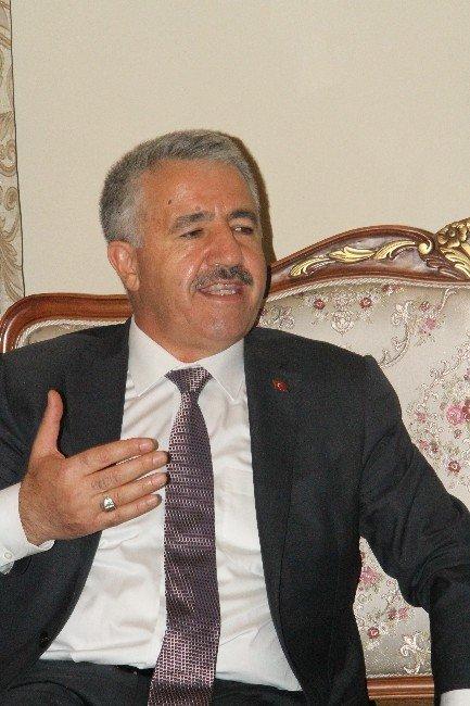 Ulaştırma Bakanı Arslan, Ardahan'da vatandaşlarla bayramlaştı