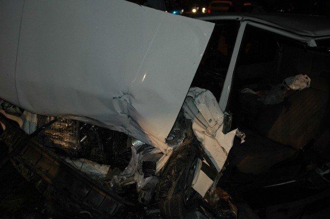 İki araç hurdaya döndü: 2'si çocuk, 8 yaralı
