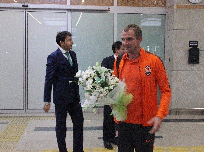 Shakhtar Donetsk kafilesi Konya'da çiçeklerle karşılandı