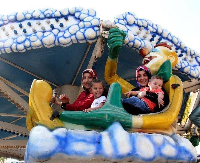 Çocuklar kurban bayramında topladıkları harçlıkları lunaparkta harcadı