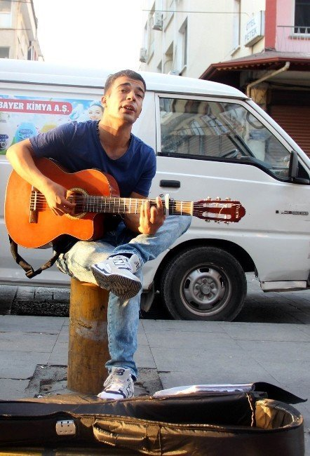 Sokaklarda gitar çalarak engelli annesine ve babasına bakıyor