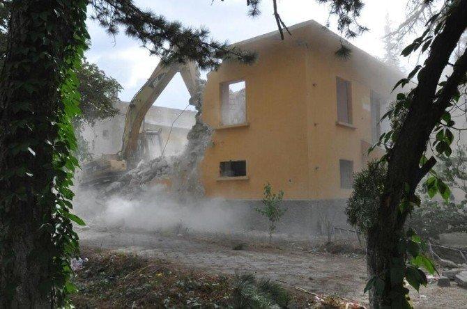 Söğüt'te uzun zamandır boş olan eski Sağlık Ocağı ve lojman binalarının yıkımına başlanıldı