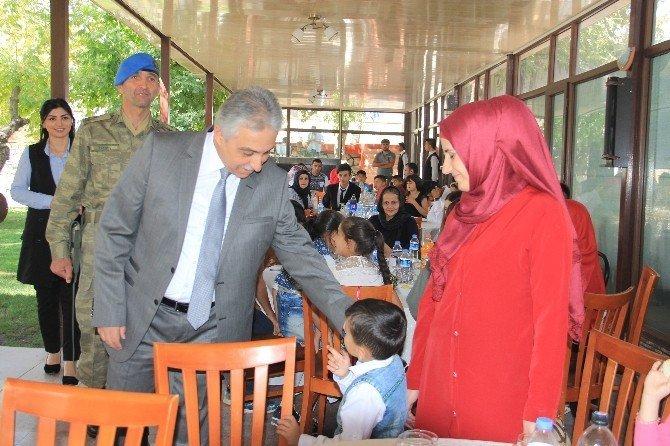 Hakkari'de şehit ve gazi ailelerine yemek verildi