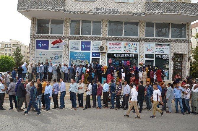 Viranşehir'de yüzlerce metrelik iş kuyruğu