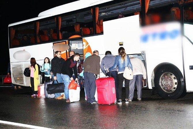 Yoldan çıkan otobüs bariyerlere yaslanarak durabildi