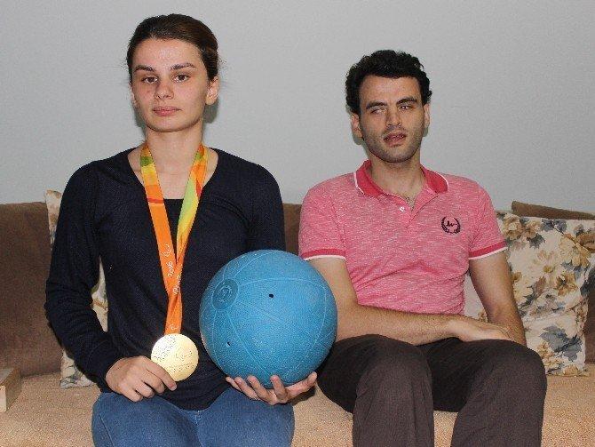 Görme engelli sporcu tarih yazdı, ödülü ailesine getirdi