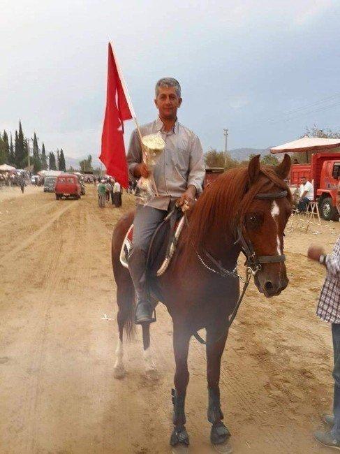 Devrilen atın altında kalan jokeyin öldü