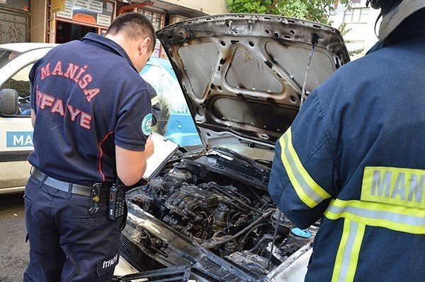 Manisa'da seyir halindeki otomobil alev aldı