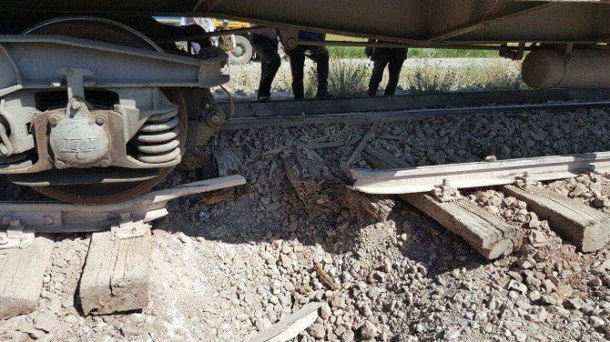 Yük trenine bombalı saldırı: 1 yaralı