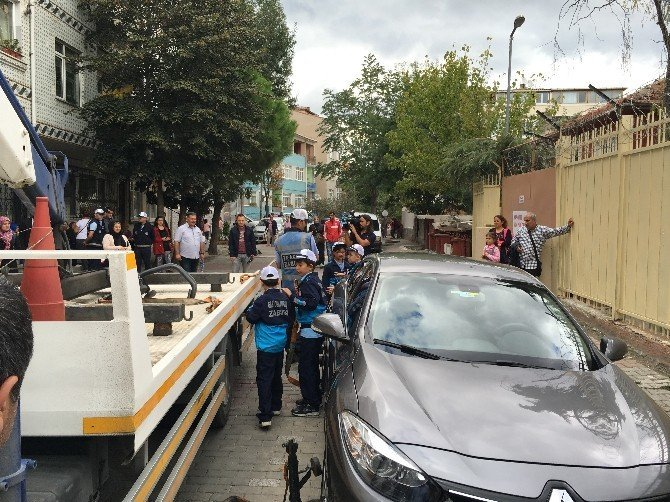 Okul önlerindeki trafik sorununa minik zabıtalar müdahale ediyor