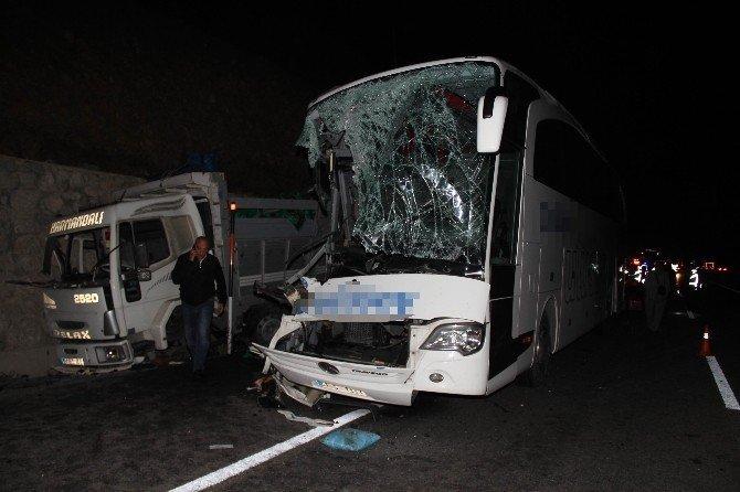 Yolcu otobüsü kamyona çarptı: 1 ölü, 39 yaralı