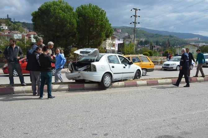 Niksar'da iki otomobil çarpıştı: 4 yaralı