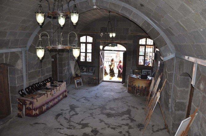 Tarihi binada sergi açılışı