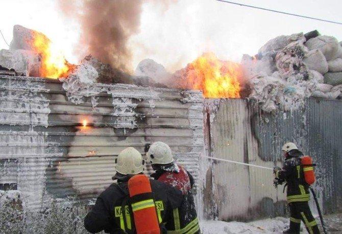 Villada ve hurdalıkta çıkan yangın maddi hasara neden oldu