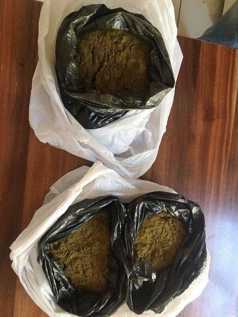 Çantasından bir buçuk kilogram toz esrar çıktı