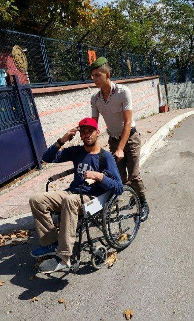 Engelli gence Mehmetçik şefkati
