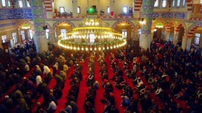 Camilerdeki tabureler kaldırıldı