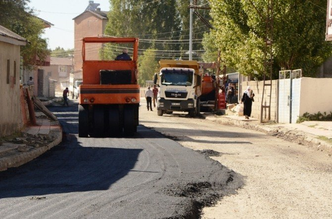Ağrı'da yol asfaltlama çalışması
