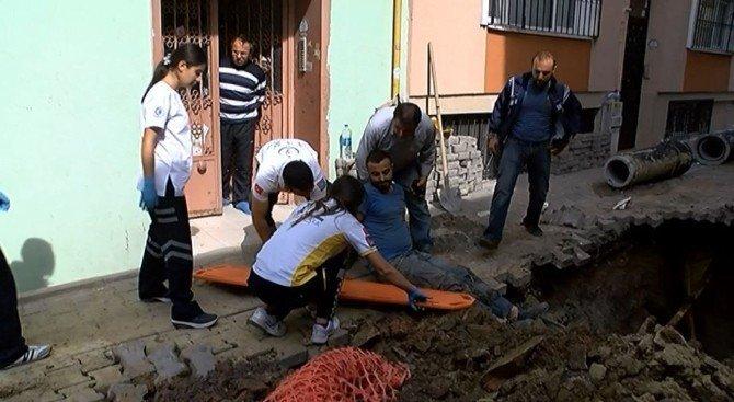 Kanalizasyonda çalışırken toprak altında kalan işçi ölümden döndü