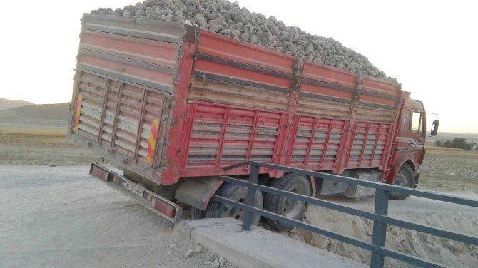 Pancar yüklü kamyonu kanala düşmekten köprünün demiri kurtardı