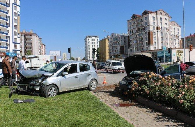 Sivas'ta iki otomobil kavşakta çarpıştı: 4 yaralı