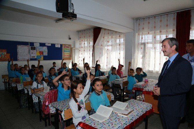 Tahmazoğlu öğrencilere kitap dağıttı